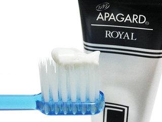 アパガードロイヤルをアパガードロイヤル歯ブラシに付けて