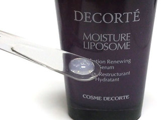 コスメデコルテ モイスチュアリポソームは、わずかに白濁した美容液
