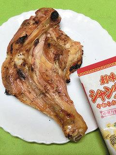 創味シャンタンで料理した骨付き鶏もも肉のグリル
