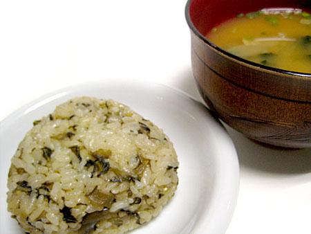 高菜の炊き込みご飯(おにぎり)と、しじみの味噌汁